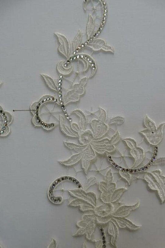 2 Applicazioni decori in macramè bianco con fiori dimensioni cm 25x5 ca N 7482